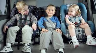 Дети в пути в качестве пассажиров автомобиля