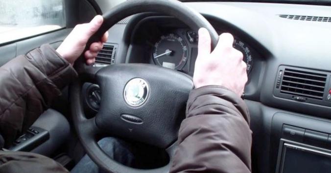 Как правильно держать руль при выполнении поворотов