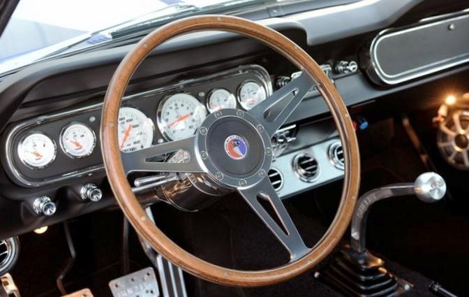 Классический ford mustang с мотором...