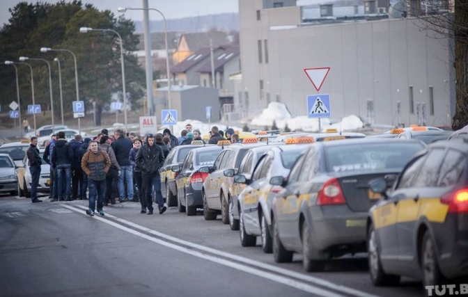 Минские таксисты колонной приехали...
