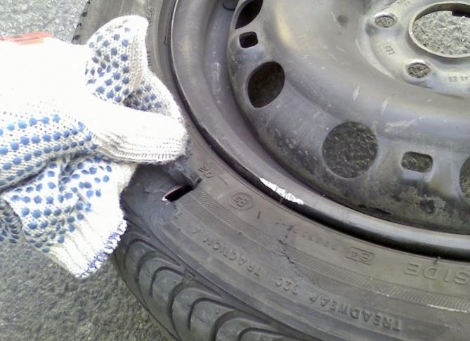 На скорости пробило колесо. что делать?