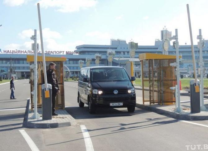 Скандал в аэропорту: десятки автовладельцев...