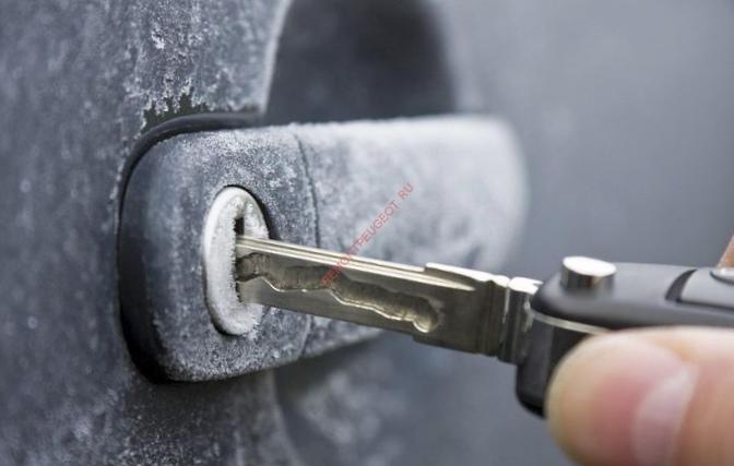 Замерз замок или дверка авто: как открыть машину правильно?